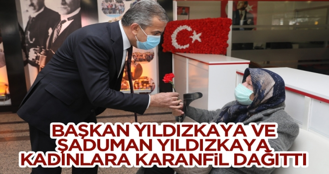 Başkan Yıldızkaya ve eşi Şaduman Yıldızkaya, kadınlara karanfil dağıttı