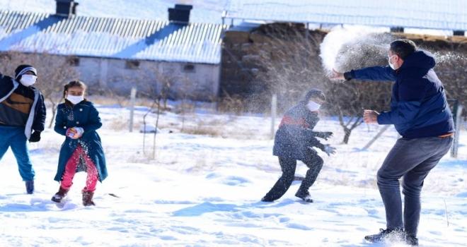 Ziya Selçuk, Ankaralı öğrencilerle kar topu oynadı